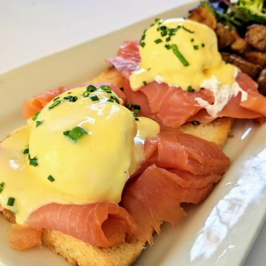 Bistro de la Gare - Eggs benedict with Scottish salmon (Foodzooka)